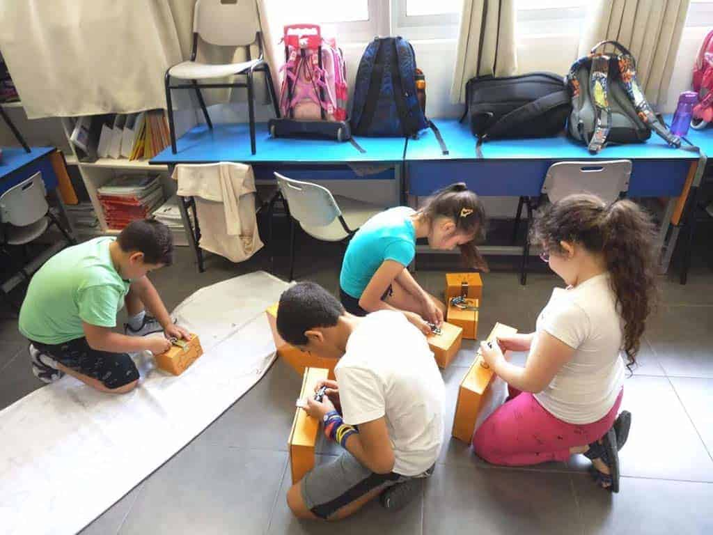 במאמר זה נלמד איך בונים חדר בריחה בבית הספר